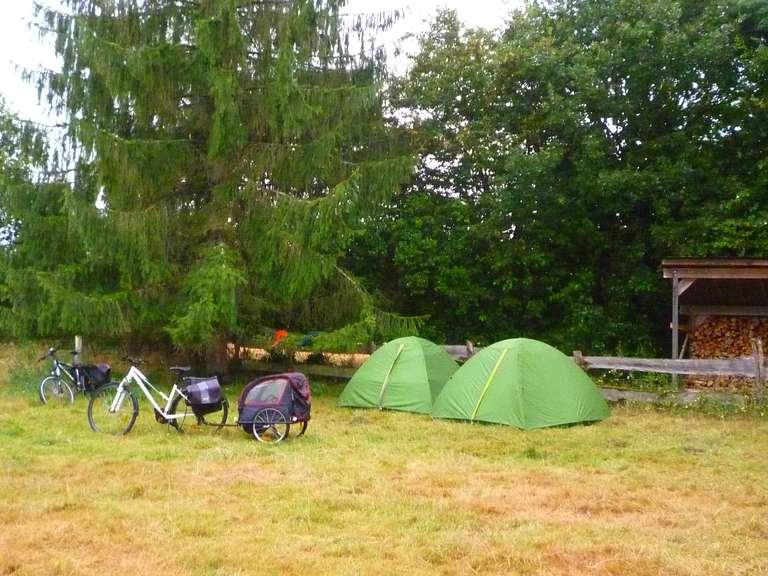 Une famille en vélo au camping