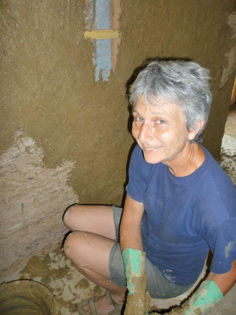Corinne und ihre Putz aus Erde und Flachs