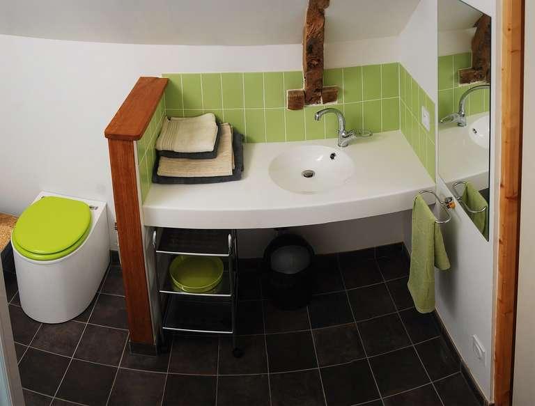 Salle d'eau avec douche et toilettes sèches