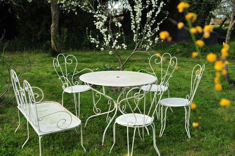 The white garden lounge