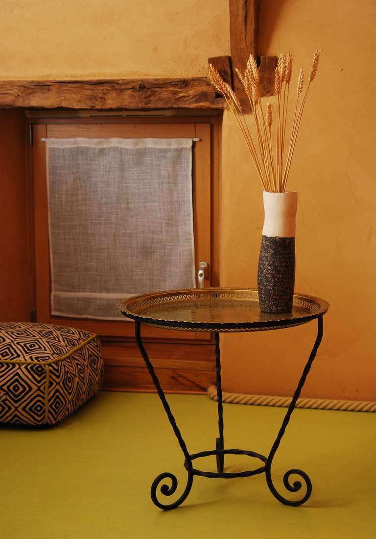 Wände aus Erde und Boden aus Linoleum