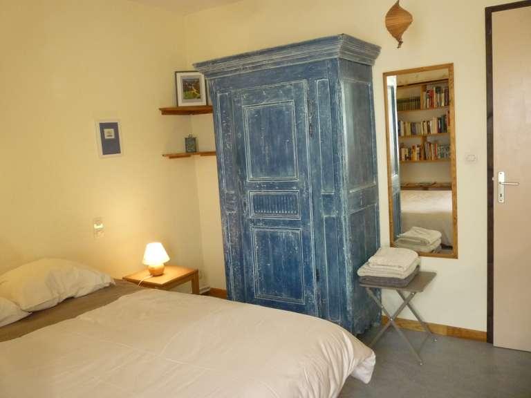 Der blaue Kleiderschrank und die Spiegelung der Bücher