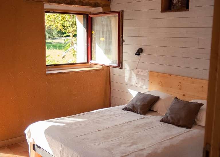 Chambre double au rez-de-chaussée, fenêtre ouverte sur la nature