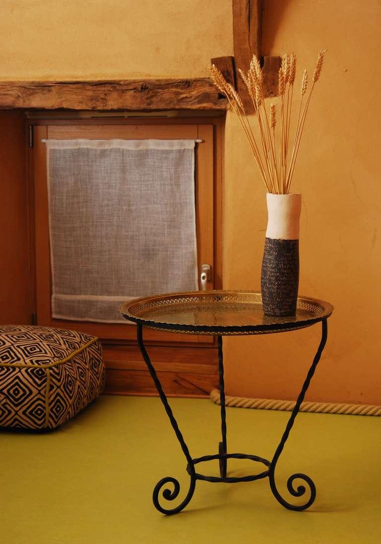 Murs en terre et sol en linoleum