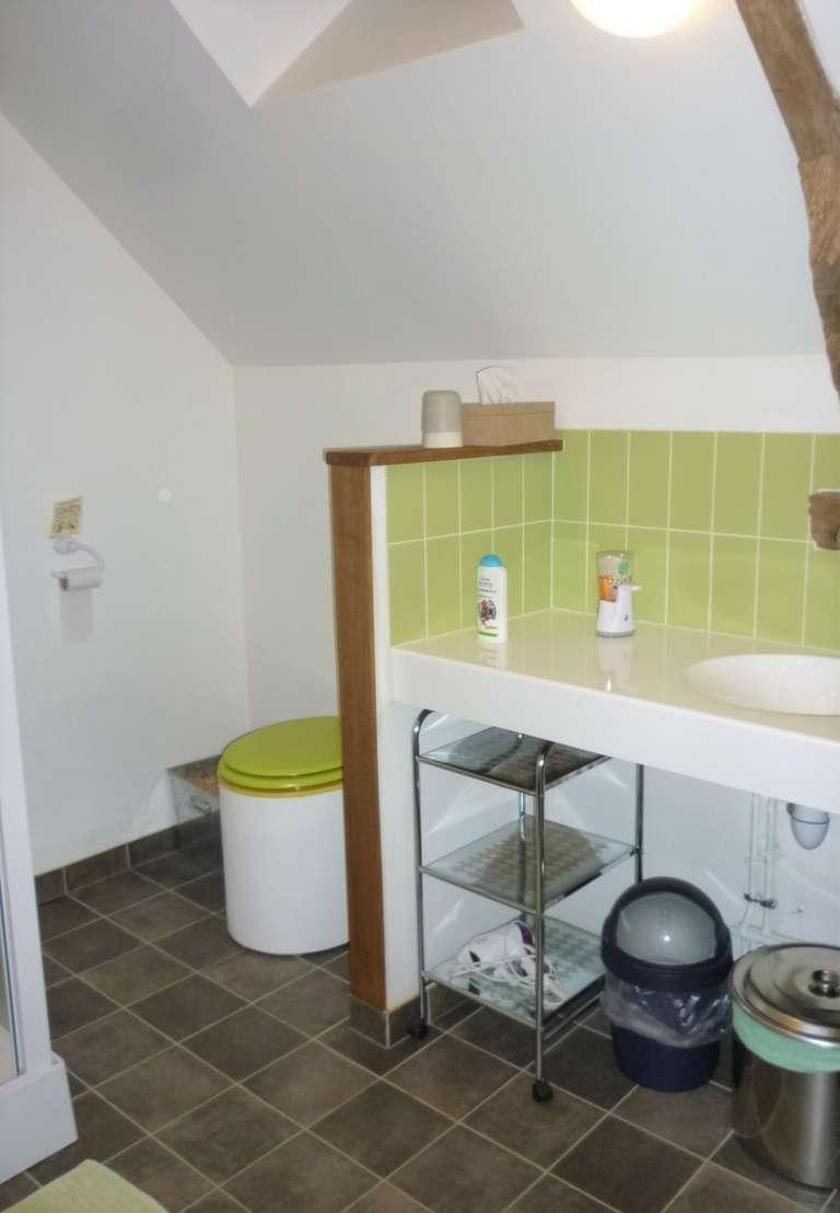 Salle d'eau avec douche et toilettes sèches (1er étage)